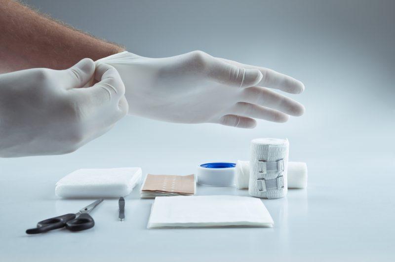 Como Fazer Um Curativo Em Feridas Causadas Por úlceras Varicosas